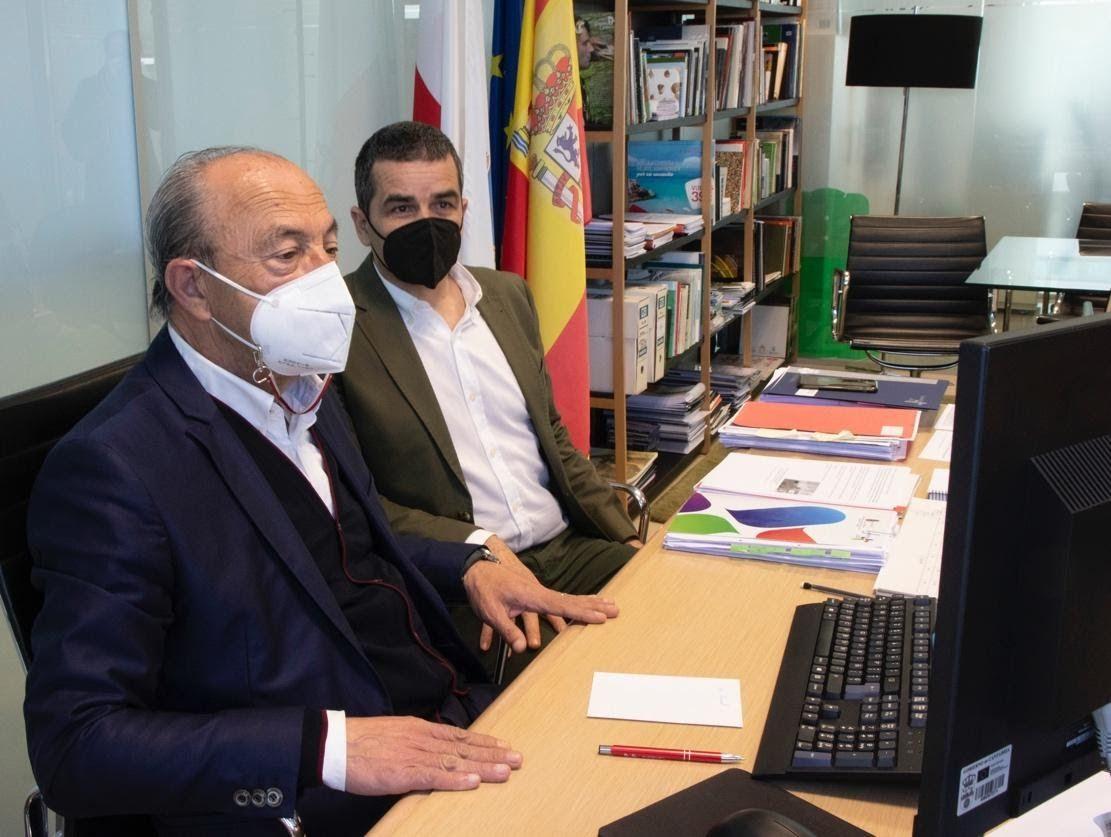 López Marcano viendo el proyecto Xacobeo