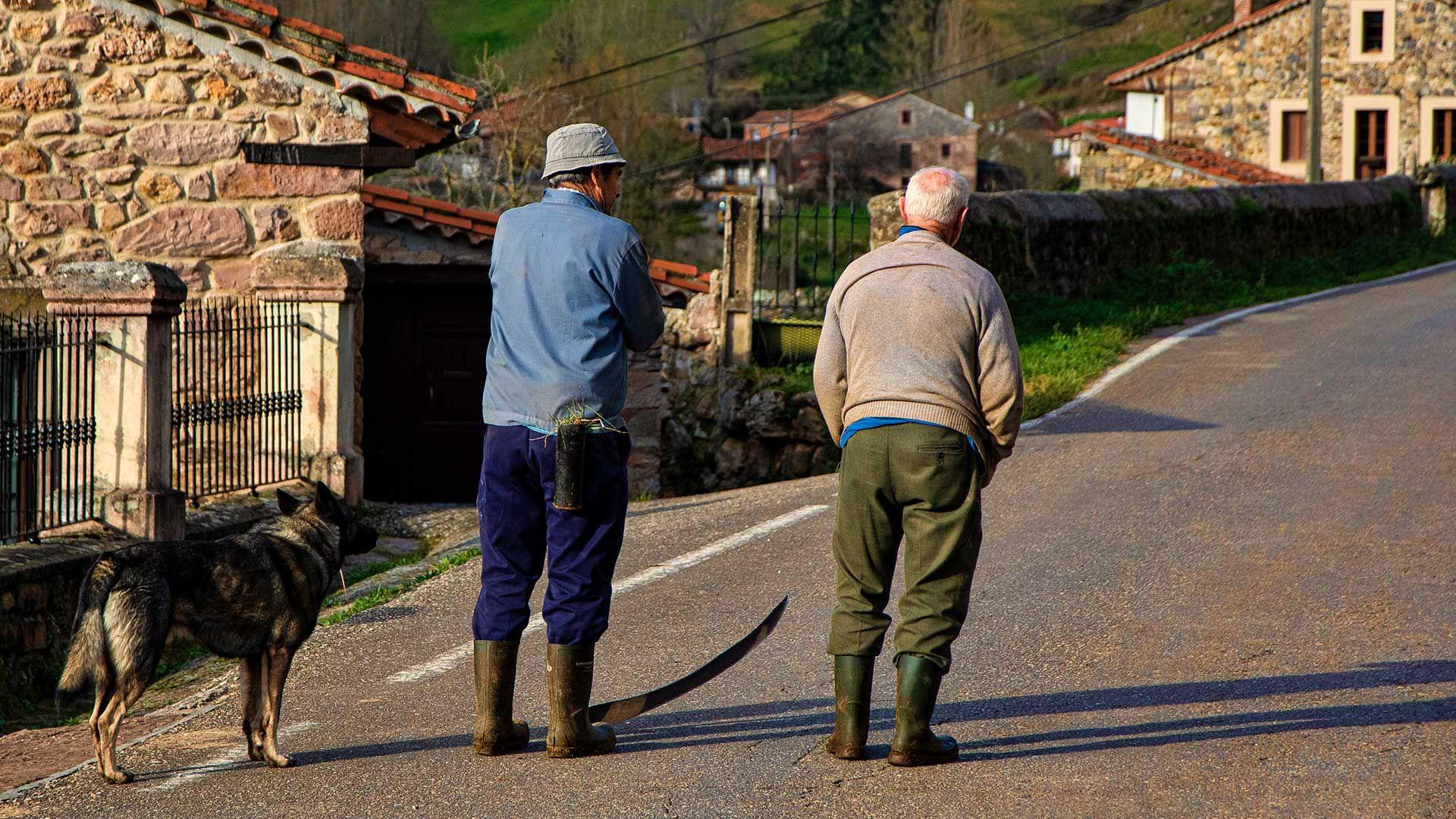 Gente en la carretera de Lafuente