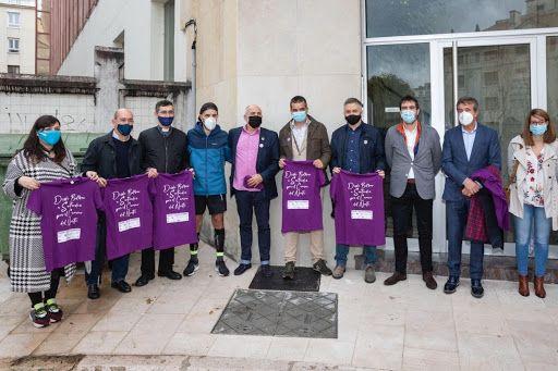 Entrega de camisetas al final del reto solidario